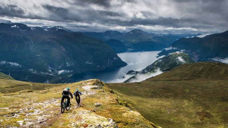 Biking down into Nordalsfjorden.