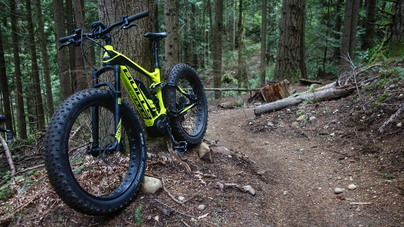 The front fork is a RockShox Bluto RL Solo Air with 100mm of travel. The shock is a 120mm RockShox Monarch RT. Drivetrain is 1x11 Shimano XT. Brakes are Magura XT5 four-piston (front), and XT4 two-piston (rear).