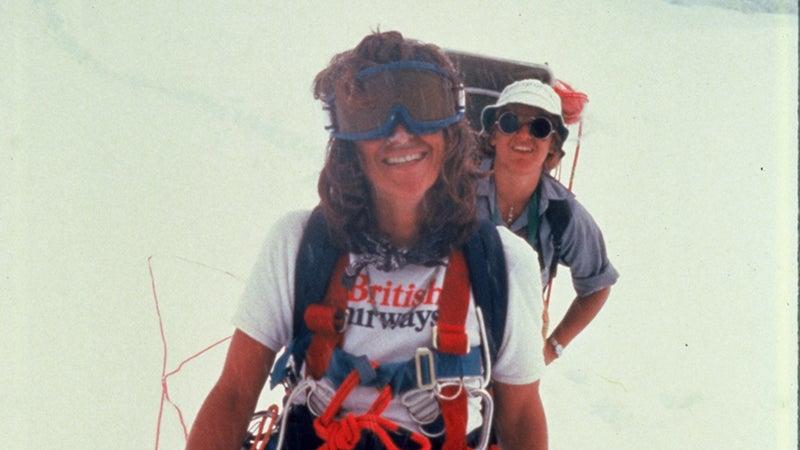 Alison Chadwick-Onyszkiewicz (front) and Margi Rusmore carrying loads up the Dutch Rib