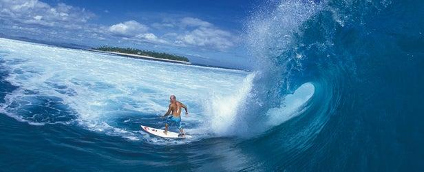 Kelly Slater drops in near Tavarua